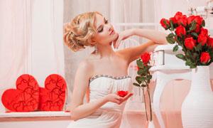 凝视着红玫瑰花的新娘摄影高清图片