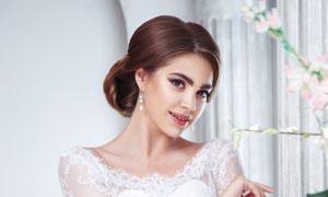 穿白色蕾丝婚纱礼服的新娘高清图片