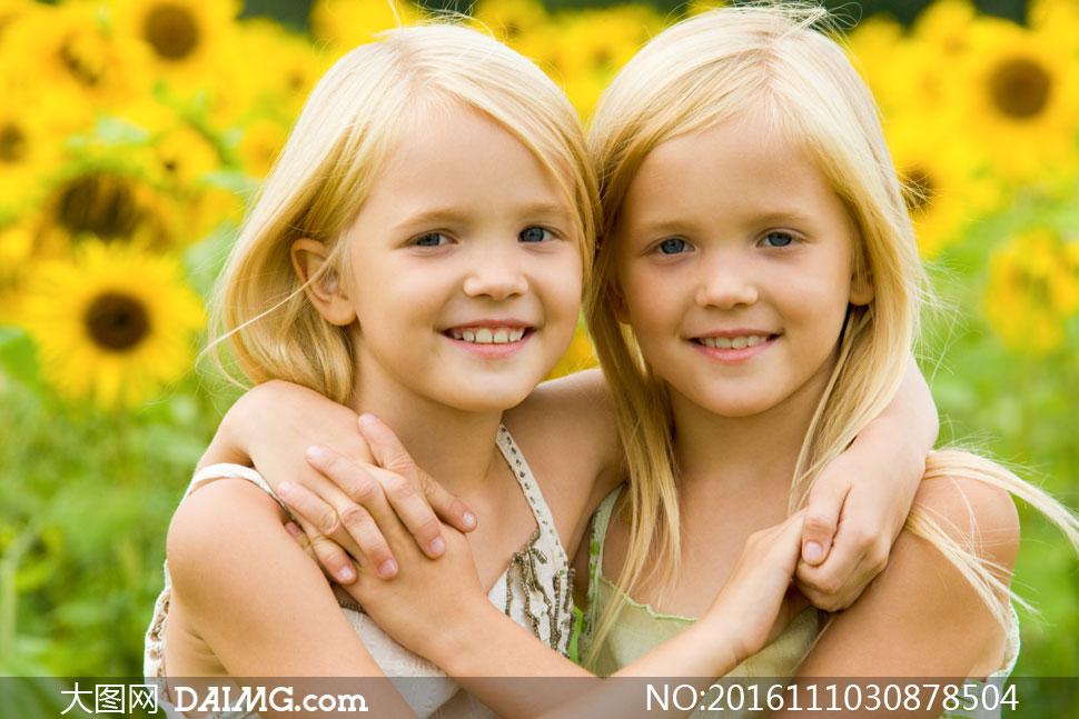 儿童小女孩双胞胎笑容开心向日葵葵花小姐妹姐妹俩