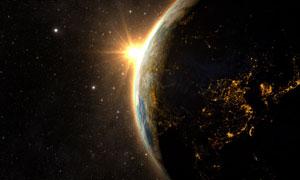 升起的太阳与黑夜中的地球高清图片