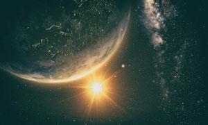 黑夜中的地球與耀眼太陽光高清圖片