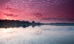 湖边停泊的小船夕阳美景摄影图片