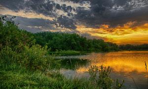 湖边唯美的黄昏美景摄影图片