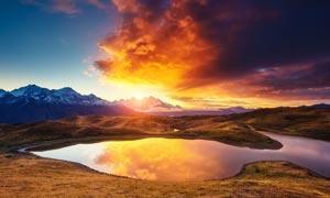 夕阳下的山顶美丽湖泊摄影图片