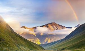 大山中的小溪和彩虹摄影图片