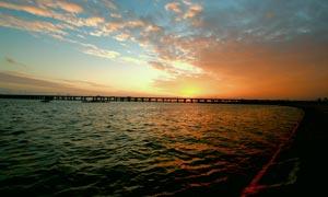 夕阳下的跨海桥梁美景摄影图片