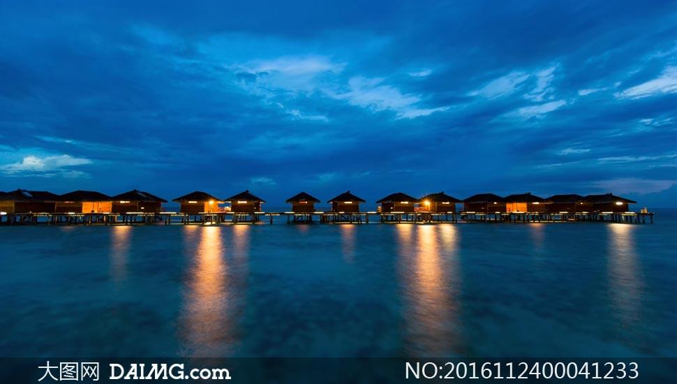 马尔代夫海边度假村夜景摄影图片