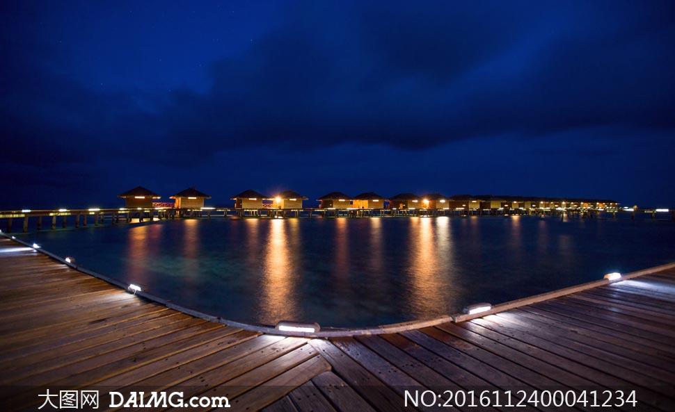 海边美丽的度假村夜景摄影图片
