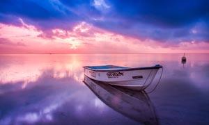 海上停泊的小船夕阳美景摄影图片