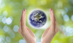 悬浮在双手之间的地球创意高清图片
