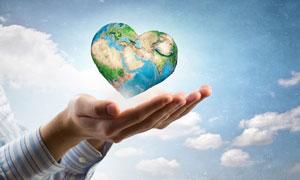 在手心上悬浮着的心形地球高清图片