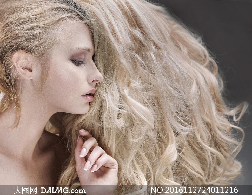 乱蓬蓬的长发美女侧面摄影高清图片