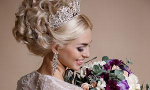 手拿着捧花的幸福新娘摄影高清图片