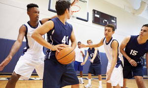在进行篮球比赛的男孩摄影高清图片