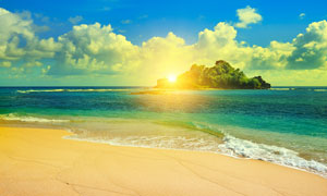 沙滩与海中的绿洲风光摄影高清图片