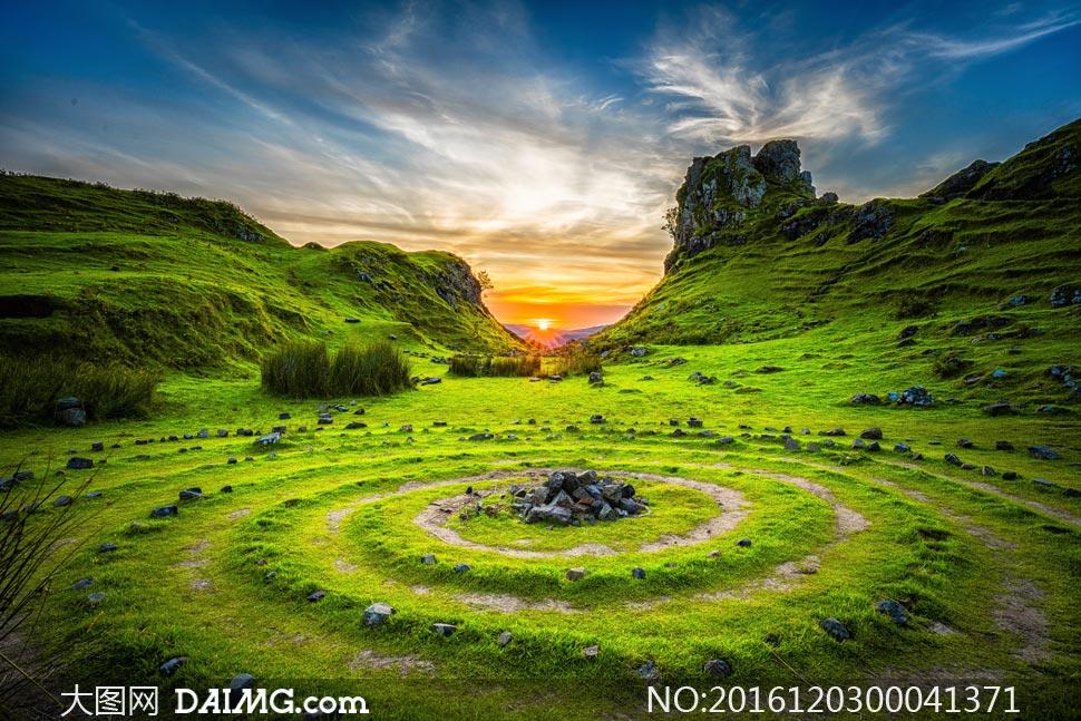 草原山坡下美丽的日落摄影图片