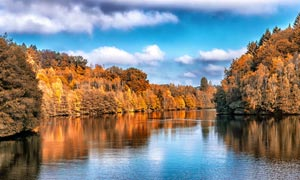 秋季美丽的河流和山林摄影图片