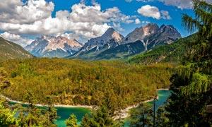 山间美丽的原始森林摄影图片