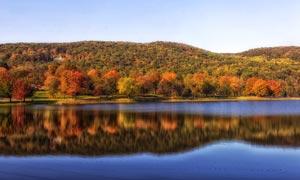 秋季山脚下美丽的湖泊摄影图片