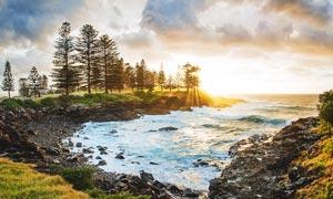 早晨阳光下的海边景色摄影图片