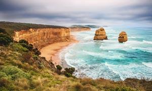阴天下的海边沙滩和悬崖摄影图片