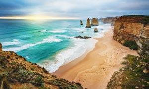 海边悬崖和美丽沙滩摄影图片