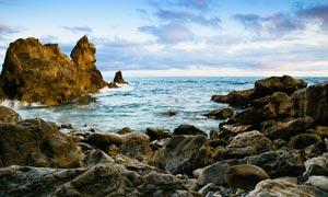 海边岩石和礁石摄影图片