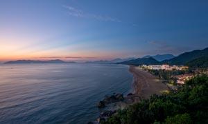 海边度假村庄黄昏美景摄影图片