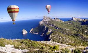 大海岛屿与在空中的热气球高清图片