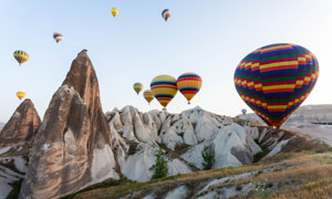 险峻山丘与热气球风光摄影高清图片