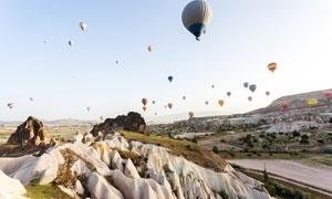 山地风光与在空中的热气球高清图片