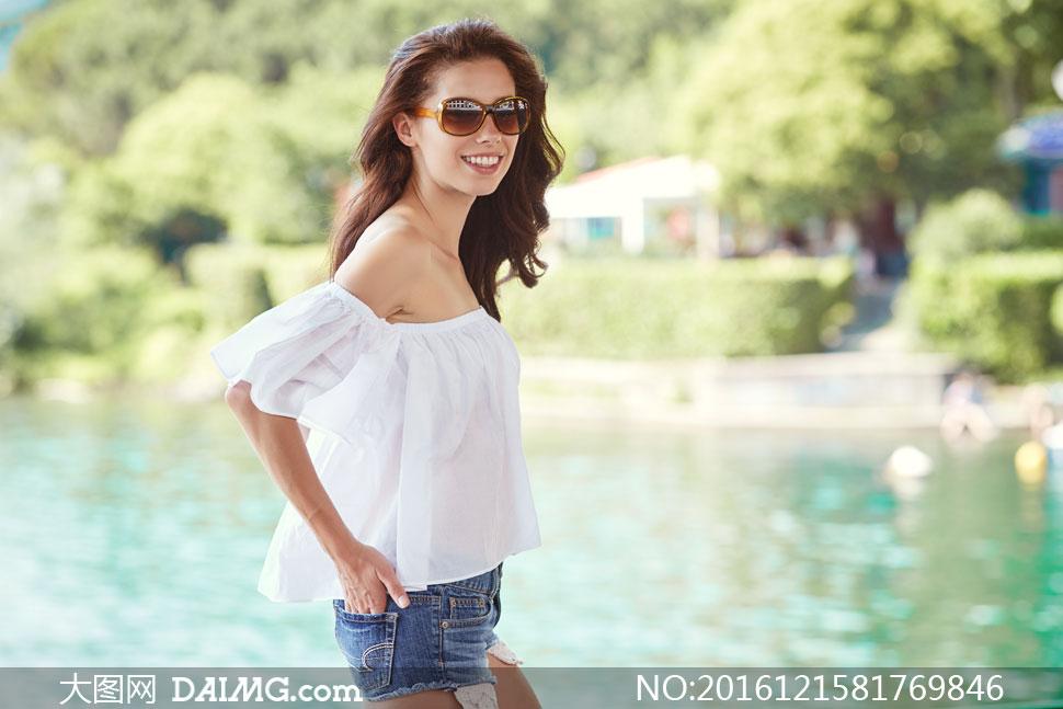 戴墨镜的清凉美女人物摄影高清图片