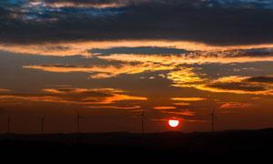 黄昏要落山的夕阳美景摄影高清图片