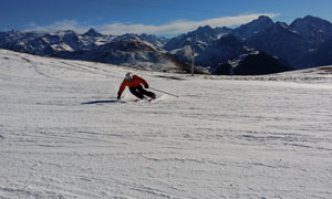滑雪人物与连绵的山峦摄影高清图片