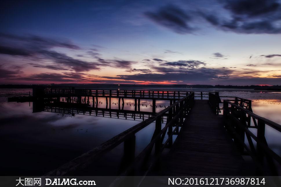 傍晚暮色笼罩下的海上栈桥高清图片