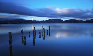 平静的湖面和木桩摄影图片
