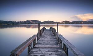 黄昏下湖边美丽的木桥摄影图片