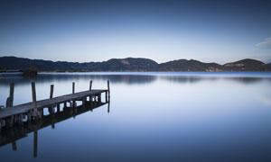 平静的湖泊和木桥摄影图片