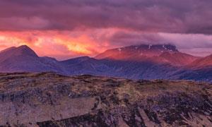 黄昏下的山峰美景摄影图片