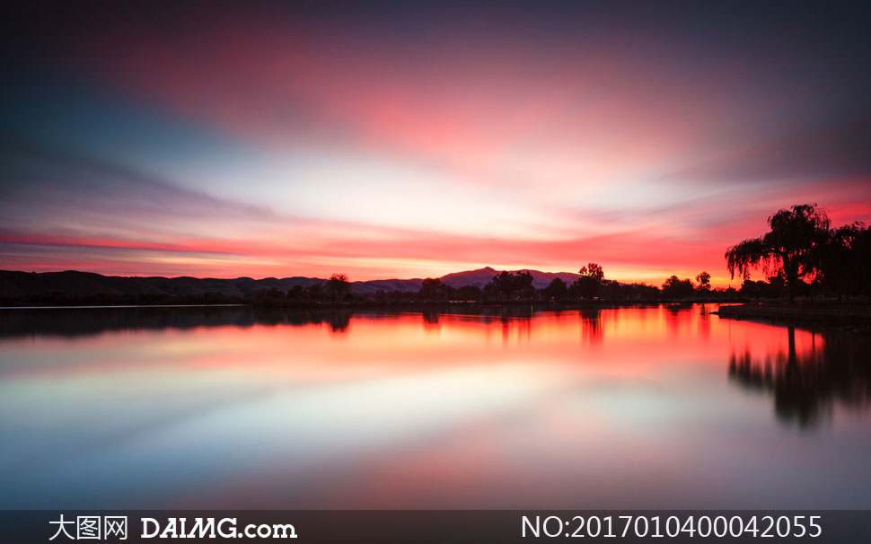 湖边美丽的晚霞景色摄影图片