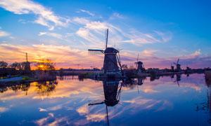 河边风车夕阳美景摄影图片