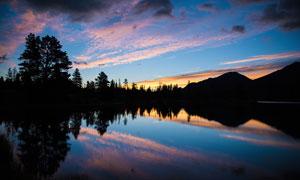 宁静的湖边夜幕来临摄影图片