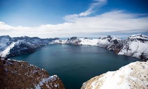 雪山山顶中的美丽湖泊摄影图片