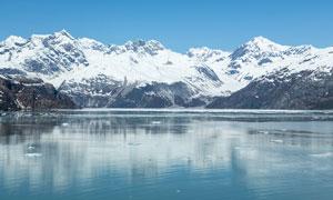 雪山下平静的湖泊摄影图片