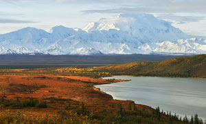 秋季雪山下美丽风景摄影图片