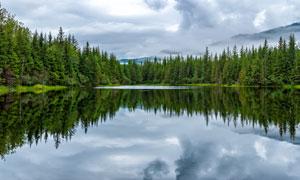 山脚下美丽湖泊倒影高清摄影图片