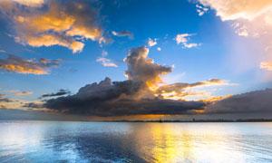 湖面上美丽的火烧云摄影图片