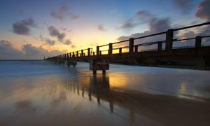 湖边木桥夕阳景色摄影图片