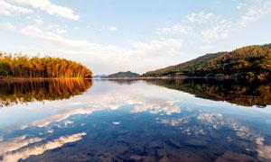 秋季山脚湖泊倒影摄影图片