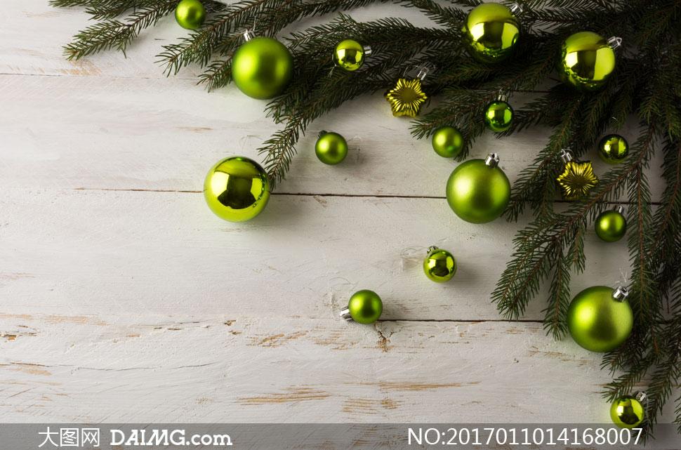 关 键 词: 高清大图图片素材摄影圣诞节圣诞球挂饰吊球挂球树枝木板